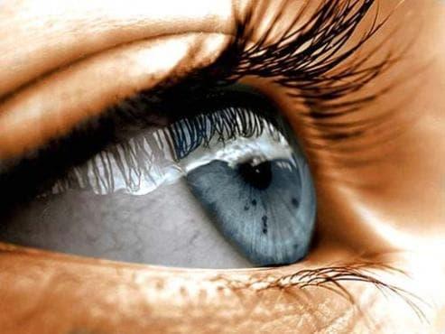 Ирландско момче преодолява рядка болест на зрението чрез специално устройство, монтирано в главата му - изображение