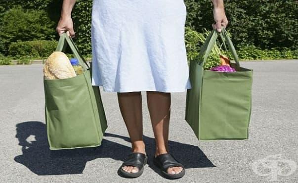 Предимствата на носенето на тежки пазарски чанти според физиотерапевтите - изображение