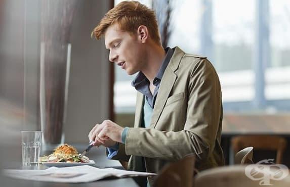 Хората, които се хранят сами, трупат повече мазнини - изображение