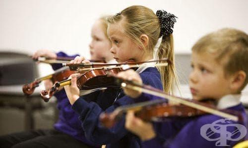 Свиренето на музикален инструмент подобрява мозъчната дейност на децата - изображение