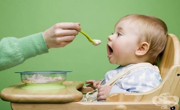 Бебетата спят по-добре, ако консумират твърди храни преди шестия месец - изображение