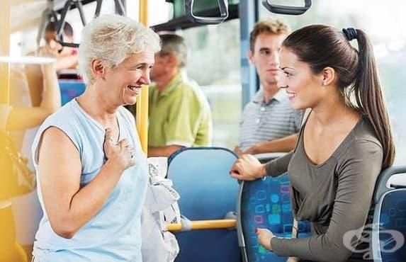 Отстъпването на място на възрастен в градския транспорт не е в негова полза  - изображение