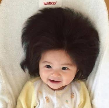 Това момиченце е на 6 месеца, но има коса за завиждане. И не, това не е перука - изображение