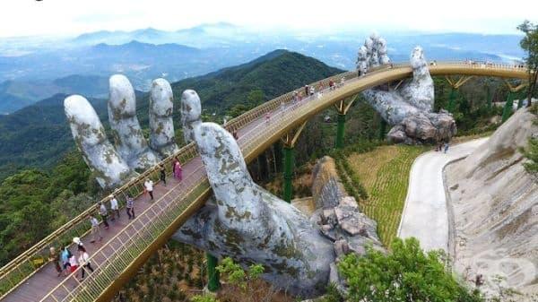 """Две огромни ръце крепят """"Златния мост"""" във Виетнам. - изображение"""