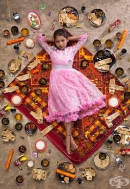 Социален проект от снимки, демонстрира седмичното меню на децата от различни части на света в един кадър - изображение