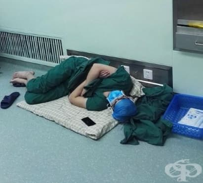 Лекарят, който заспа след 28 часа работа, спечели Интернет  - изображение