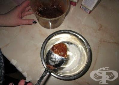 Компрес с мед срещу кашлица при деца - изображение