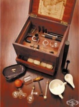 Кутия с медицински инструменти на именитата английска акушерка Мери Хоулет от 19 век, 1 част - изображение