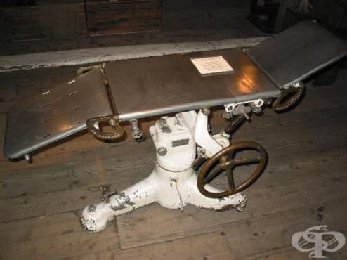 Операционна маса, датираща от 1900 година, ползвана от английския хирург Виктор Бони - изображение