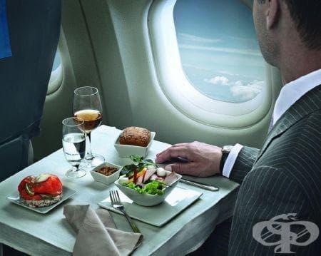 Каква храна да изберем преди, по време и след пътуване със самолет - изображение