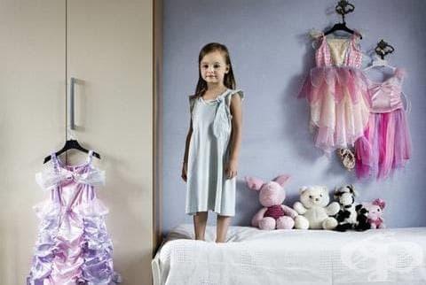 Деца от цял свят позират до любимите си вещи - изображение