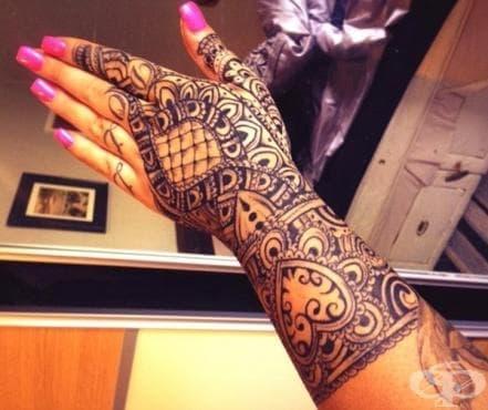 Жена получава мечтаната работа и бива уволнена 30 минути по-късно заради татуировките си - изображение