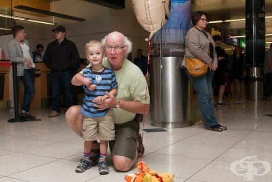 Осиновено момче се запознава с дядо си, който също има ампутирана ръка - изображение