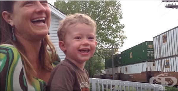 Малко момче разбира, че баща му е машинистът на преминаващия влак (видео) - изображение