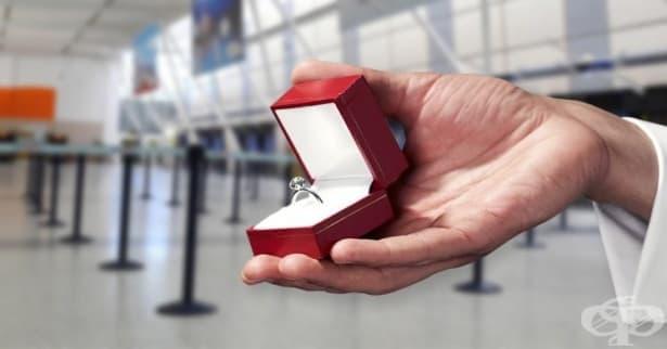 Британско летище с таен код за мъже с годежни пръстени - изображение