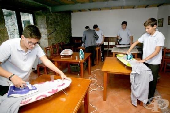 Училище в Испания учи момчетата как да се справят с домакинската работа - изображение