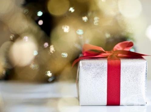 Как да опаковаме подарък за секунди като професионалисти? Вижте това видео и никога повече няма да го правите по стария начин! (видео) - изображение