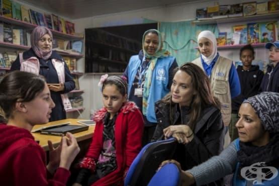 Анджелина Джоли посети бежански лагер в Йордания заедно с дъщерите си - изображение