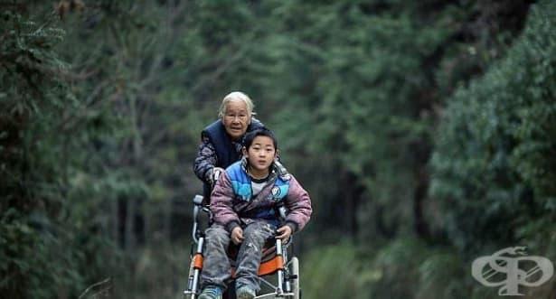 Трогателно: Баба изминава 24 км ежедневно, за да изпрати своя внук до училище - изображение