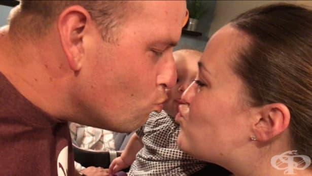 Ревниво бебе не спира да плаче, докато неговите родители се целуват - изображение