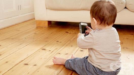 Бебе заключи телефона на майка си за 47 години - изображение