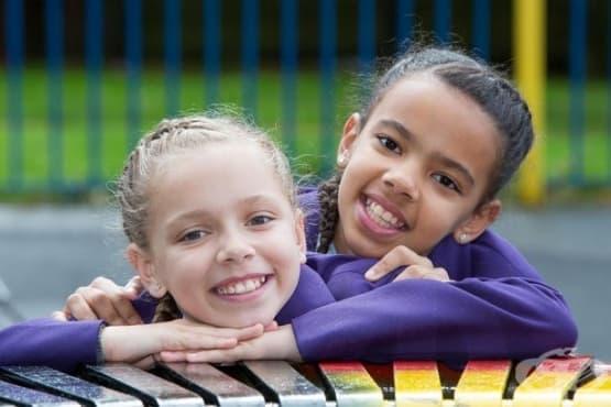 Марсия и Мили - близначките от различни раси - изображение