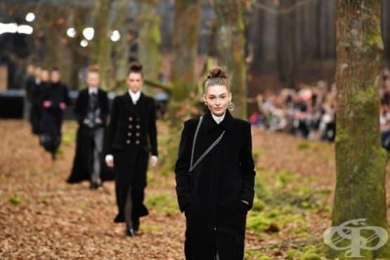 """Седмицата на модата в Париж: модели на """"Шанел"""" дефилират по горски пътеки - изображение"""