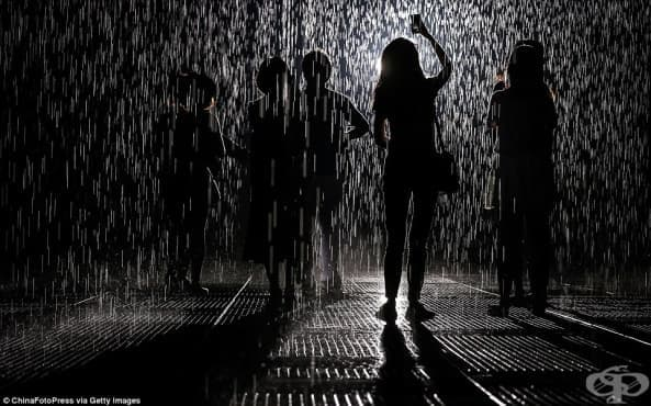 Да танцуваш и да останеш сух под дъжда - дъждовната стая в Обединените арабски емирства - изображение