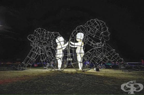 Огромните телени скулптури на Александър Милов изобразяват светещите форми на деца, залостени в тялото на възрастните (галерия) - изображение