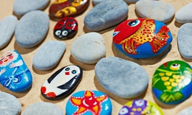 Тенденцията на боядисаните камъчета пресича континенти  - изображение