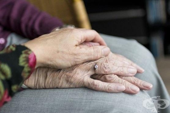 Дъщеря оставя напомнящи бележки върху бяла дъска на болната си от деменция майка - изображение
