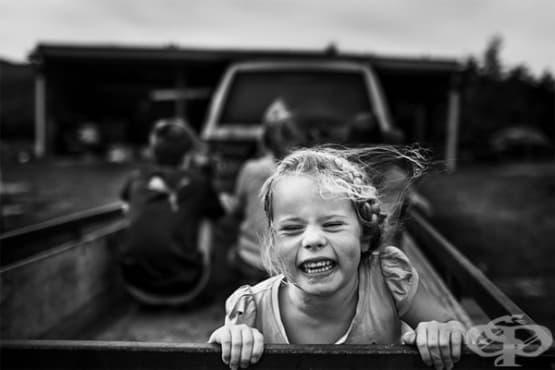 Майка заснема децата си, които се радват на детство без технологии - изображение