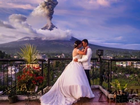 Влюбени сключиха брак пред изригващия  вулкан Майон - изображение