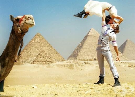 Двойка акробати правят сватба отново и отново по света - изображение