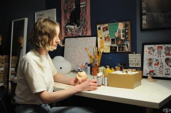 Артист превръща женските гърди в саксии от глина - изображение