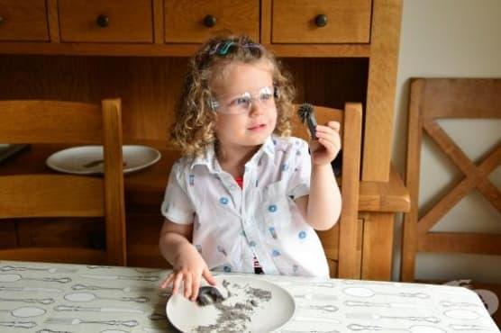 3-годишно момиченце със собствен Youtube канал за научни експерименти - изображение