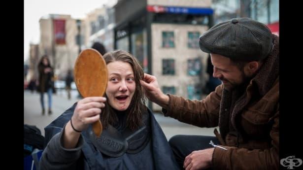 Фризьор, преобразява безплатно бездомници и разказва техните истории  в социалните мрежи - изображение