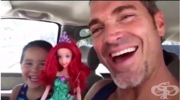 Урок за родители: Реакцията на този баща, когато синът му избира кукла Барби за своя рожден ден е безценна!  - изображение