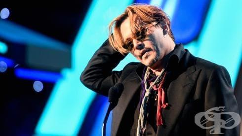 Джони Деп излезе сериозно наквасен на сцената на Холивудските филмови награди (Видео) - изображение