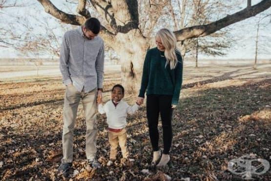 Осиновено момче разбира, че ще има сестричка преди родителите си - изображение