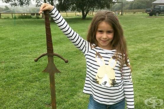 Момиче откри меч в езерото, където е хвърлен легендарният меч на крал Артур - изображение
