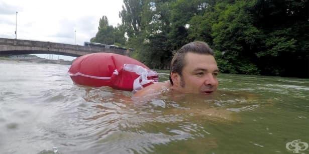 Под водата: Германец плува до офиса си всеки ден, за да избегне трафика  - изображение