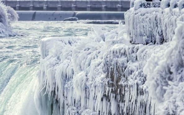 Зимна приказка край Ниагарския водопад вследствие на ниските температури - изображение