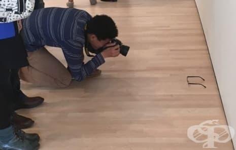 Някой слага очила на пода в музей, а хората го смятат за изкуство - изображение