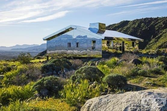Невидим огледален дом омагьосва Калифорнийската пустиня - изображение