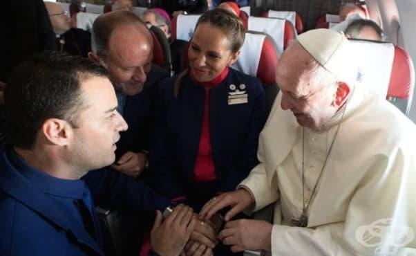 Любов във въздуха: Папа Франциск венча двойка на борда на самолет - изображение