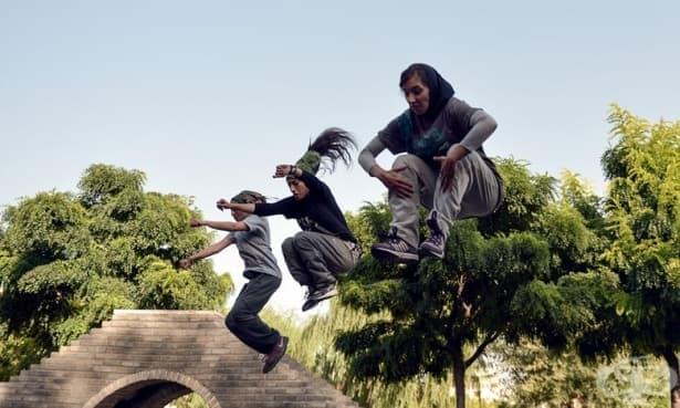 Само за жени: Парковете, в които иранските жени свалят забрадките си и носят мини поли - изображение