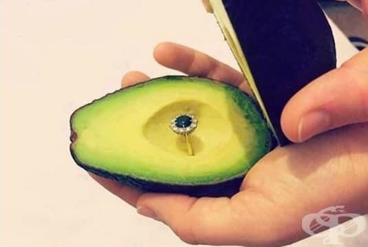 Нова мода: Предложение за брак с пръстен, скрит в авокадо - изображение
