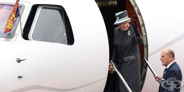 Английската кралица с корона, но без паспорт - изображение