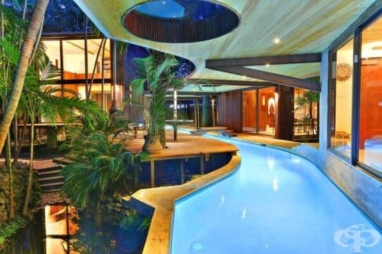 Река свързва стаи в луксозна къща в Маями - изображение
